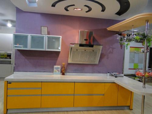 铝塑板天花配白色欧式橱柜厨房
