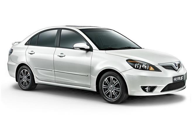 长安轿车为广大悦翔新老客户推出了2011款悦翔,车标采用全新设计威龙标识,并进行了24项技术升级。 此次升级人性化的设计占主导。首先是前后大灯透镜采用全新高感光.、高穿透力;其次是后视镜进行了超宽视距升级;最后是全车漆面采用纳米技术升级:还有更多全新技术等待你的发现。 从上所述能看出此次悦翔升级体现出长安的科技性、安全性、舒适性、最重要的是人体工程学的人性化设计!