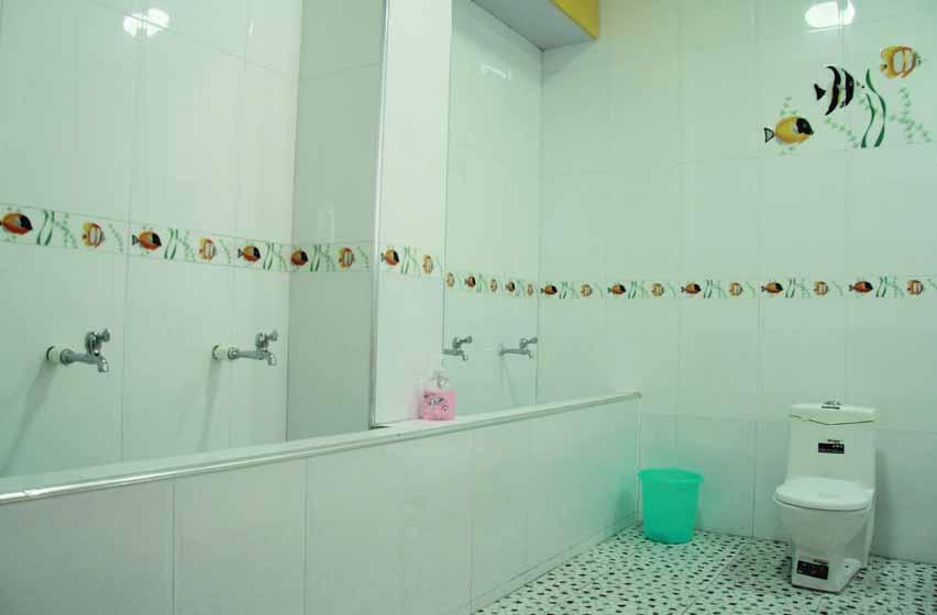 幼儿园卫生间冲马桶图片