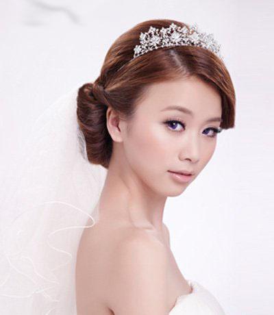 新娘发型点评:白纱和鲜花组成新娘发饰,个性潮流.