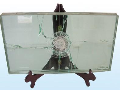 由于玻璃和pvb胶片粘和得非常牢固,致使金属的撞击也只能将玻璃击碎而