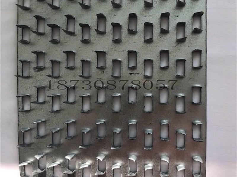 我厂专业生产制造木屋连接件配件产品,木桁架木别墅镀锌金属连接件金属连接条,产品包括:各种型号齿板连接件,钉板连接件,L型角码连接件,U型梁托连接件,木屋连接卡件,抗风拉片,飓风拉片,地桩预埋件,各类金属连接条,产品远销国内外各个工地,随时欢迎您的咨询。 当前,我国的建筑结构主材混凝土、钢材、砖砌体等都属于高耗能材料,形势迫使我们寻找更加节能和环保的建材,既古老而又现代的木材进入了选择的视线。在西方发达国家,木结构已是居住住宅的主要建筑形式。到2003年,木材已占北美建筑市场份额的88%以上。对木材的大量需
