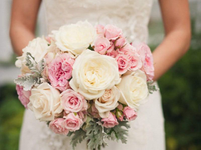 新娘手捧花是指婚礼当天新娘手中拿着的花束,手捧花的点缀让纯洁