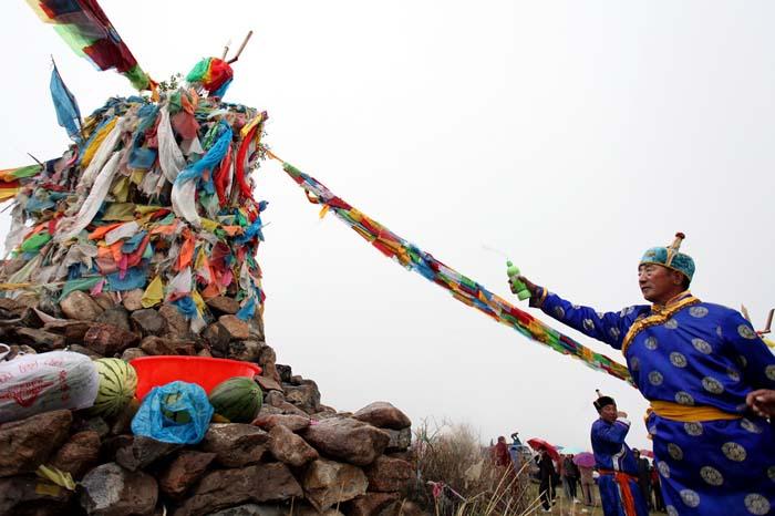 """""""蒙古包""""是蒙古族的传统住房,蒙古包是一种天幕式的住所,呈圆形尖顶"""