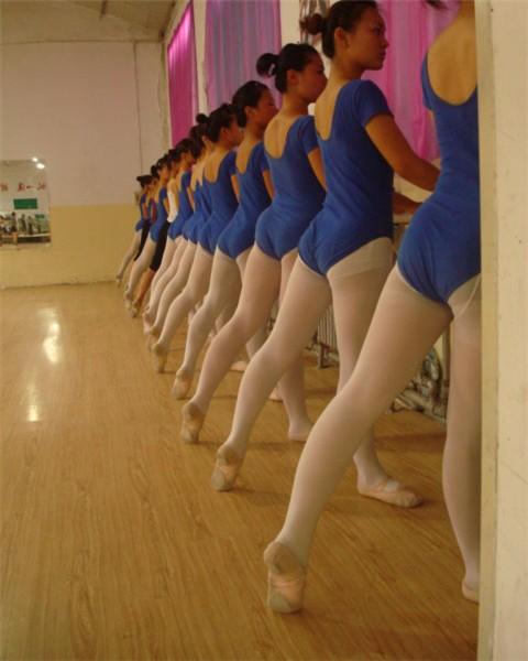 舞蹈学校_芭蕾课擦地练习_河北舞蹈高考班_河北艺考培训学校