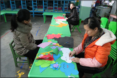 教师认真布置墙饰_手工_井陉县直幼儿园图片