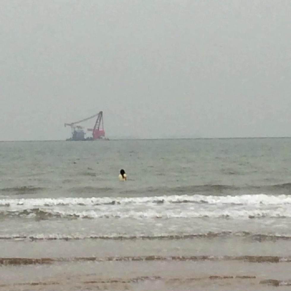 秦皇岛18名大学生手挽手冲进大海救出女子