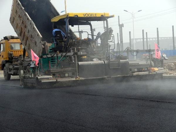 保定路陆达交通工程有限公司始建于2009年,主要生产沥青混合料、水泥稳定碎石、二灰稳定碎石等筑路材料,以及路面工程的施工。 公司注册资金1000万元,现有各类专业技术人员26人。具有LBP5000型沥青混合料拌和站,MWB500稳定土拌合站等路面工程设备。我公司先后参加了保定市西二环、高开区隆兴路、天鹅路、英利四期、中国人民解放军66347部队飞机场场道、河北大学南院运动场等工程;容城县容蠡线、保津高速容城引线等工程;徐水县振兴西路、聚源大街、盛源大街、大王店工业园区纬一纬三、长城工业园区厂区道路等工程;