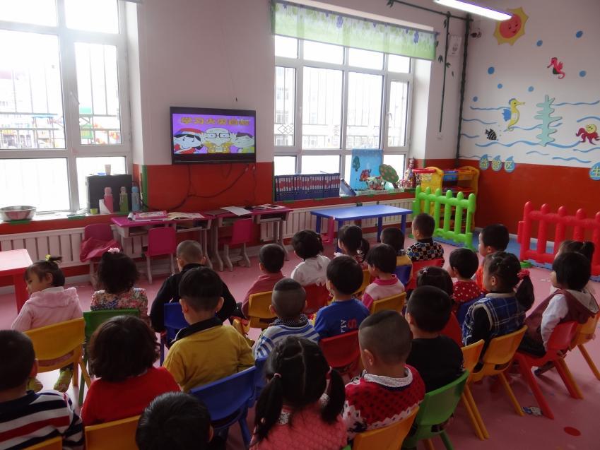 小班幼儿主要学习了识别安全标志,中班幼儿学习了用画笔画出安全标志,大班幼儿通过多媒体看到了火灾的危害和灭火的全过程.
