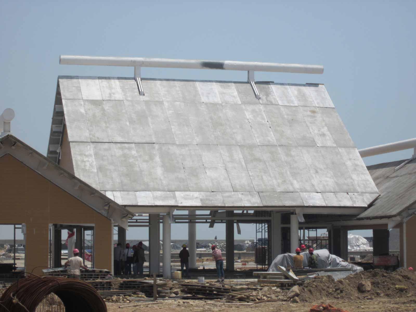 莱州海凌建材有限公司生产的建筑用轻质保温条板以高强度水泥为胶凝材料,锯末等植物纤维和粉煤灰为填充料,加有多层高科技网筋材料增加强度,内层装有合理布局的隔热、隔音、吸声的无机发泡型材或其他保温材料。具有清洁无污染、保温、隔热、隔音、强度高、吊挂力好、重量轻、抗震性好、防火、防裂、加工性好、增加使用面积的特点。实乃现代建筑用之最佳材料。