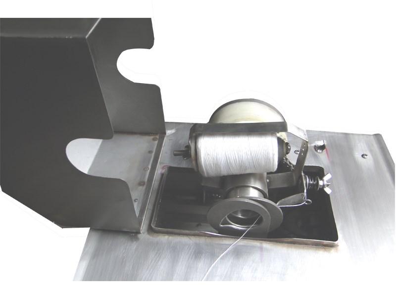 本肠类自动扎线机属电动机械离合,单路半自动型,不锈钢制造,结构合理