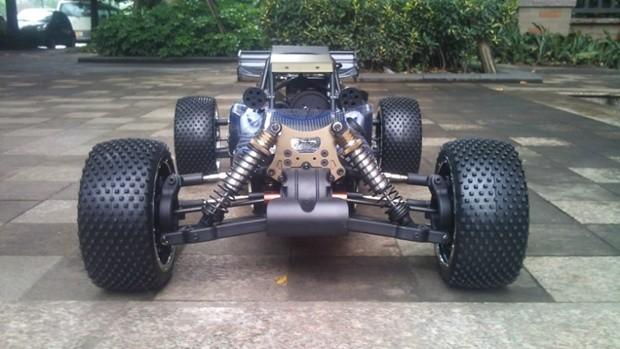 1:5汽油BAJA,最新款20公斤双舵机转向,13公斤油门舵机,26CC高性能汽油发动机(可选择升级豪华版30CC的发动机,铝合金高速排气管,圆桶式空滤,加300元),长80厘米、宽48厘米、高28厘米、轮轴57.5厘米、重量12.5公斤、齿轮比1:9.6、车轮直径17.8厘米、油箱700CC、底盘4毫米、电池2500毫安可充电6V镍氢电池、2.